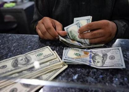 Ниҳоят конвертация очилмоқда: Қандай ҳолатда банклар аҳоли қўлига нақд доллар беради?